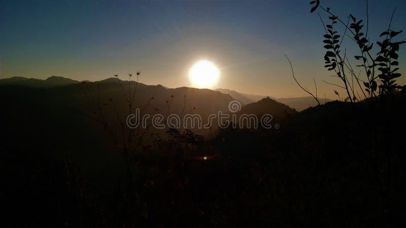 Opinião do nascer do sol da montanha imagem de stock