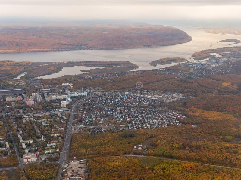 Opinião do olho de Bird's do subúrbio da cidade do Samara, Rússia, o Rio Volga em um dia morno do outono imagem de stock