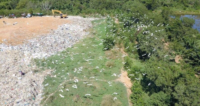 Opinião do olho do ` s do pássaro da montanha do lixo do zangão mavic do dji na zona industrial imagem de stock