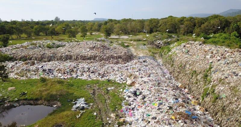 Opinião do olho do ` s do pássaro da montanha do lixo do zangão mavic do dji na zona industrial fotos de stock royalty free
