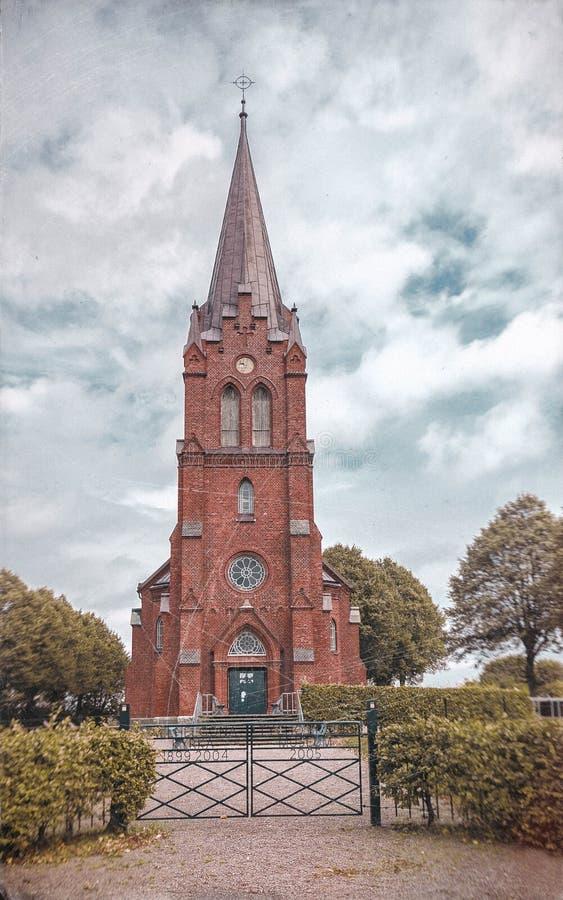 Opinião do outono da igreja escandinava em um dia nebuloso situado na Suécia fotografia de stock