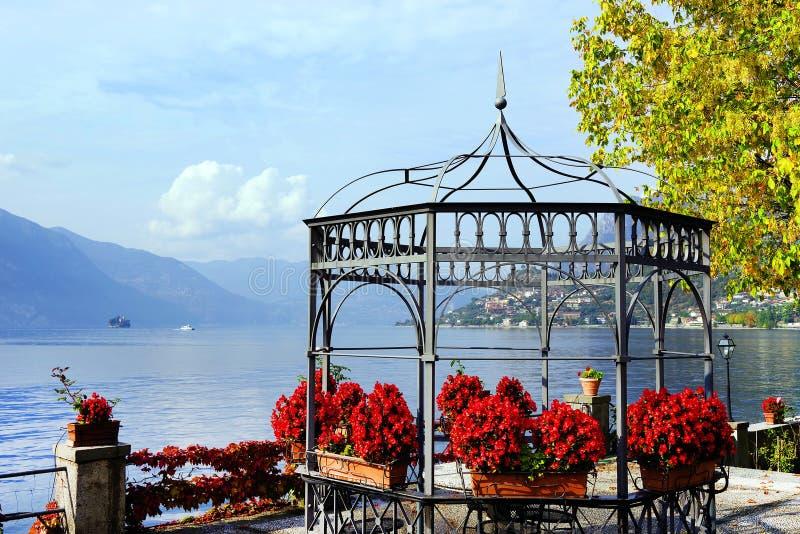 Opinião do outono da venda Marasino sobre o lago Iseo Cidade de Marone à direita fotos de stock
