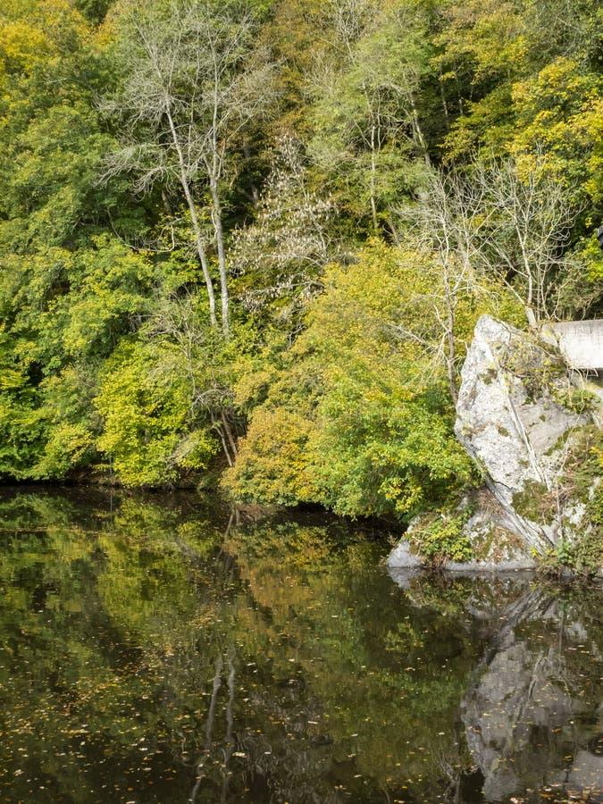Opinião do outono de Nisramont do lago, no Roche-en-Ardenne do La, Bélgica fotografia de stock