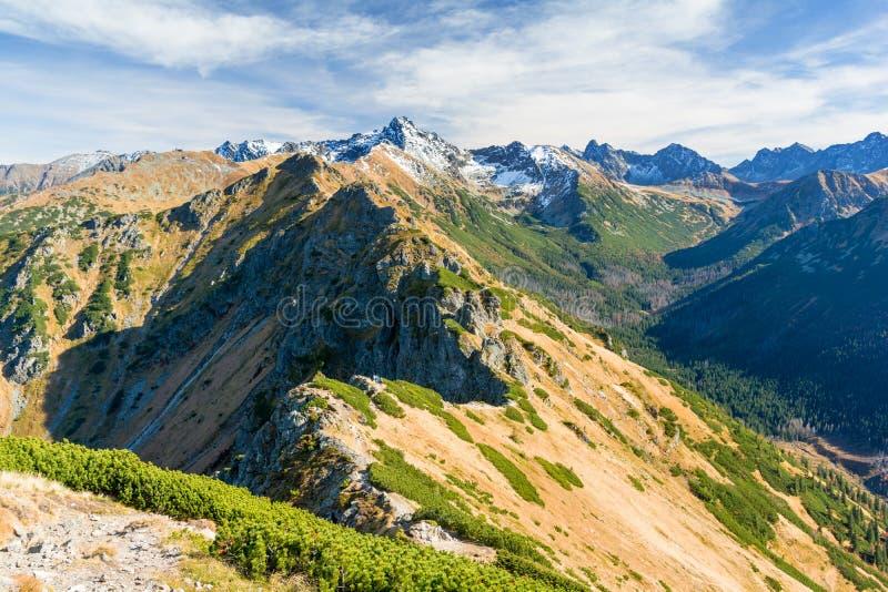 Opinião do outono em montanhas de Tatra no Polônia e no Eslováquia imagem de stock