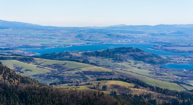 Opinião do outono do lago Liptovska Mara e da cidade Liptovsky Mikulas em Eslováquia do norte fotografia de stock