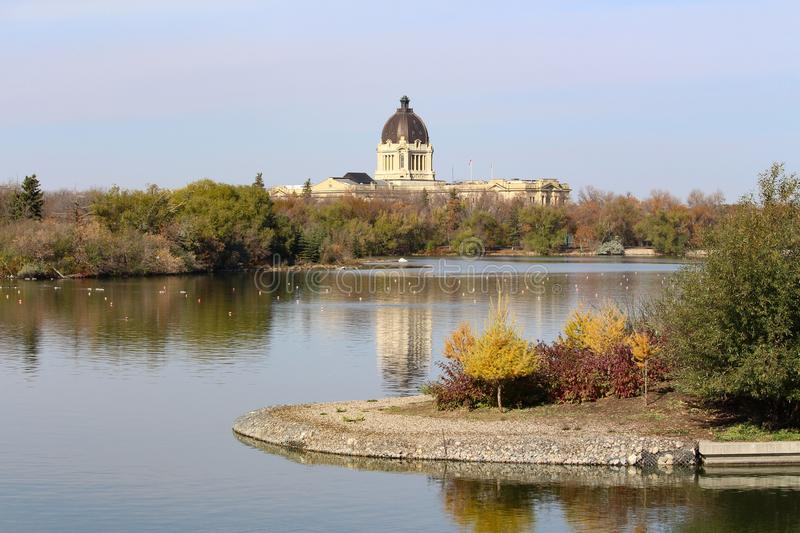 Opinião do outono a legislatura de Saskatchewan do lago Wascana foto de stock