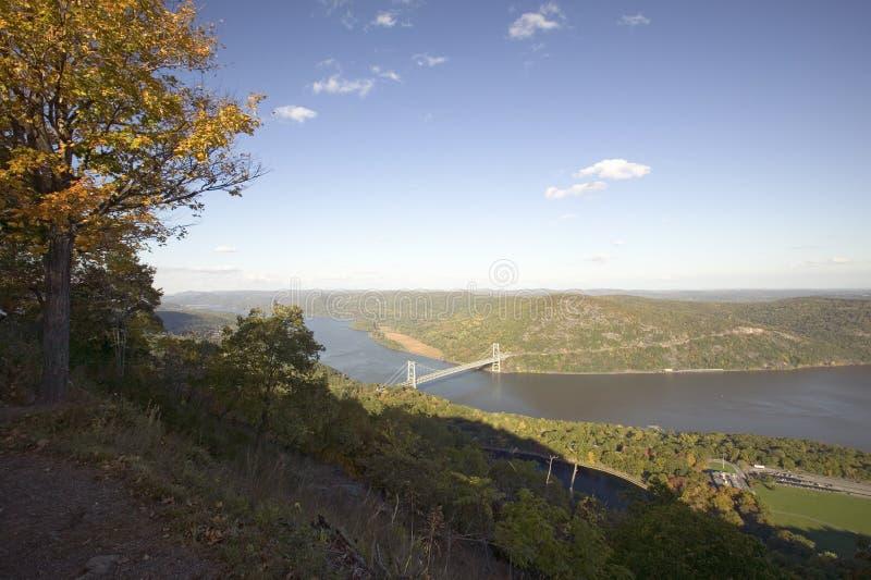 A opinião do outono negligencia em 1300 pés da ponte e do Hudson Valley da montanha do urso e em rio no parque estadual da montan imagens de stock royalty free