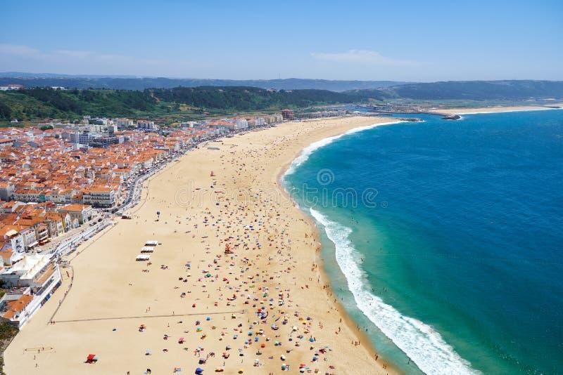 Opinião do pássaro \ 'do s-olho na praia riviera de Nazare na costa de Oceano Atlântico Nazare portugal imagem de stock royalty free