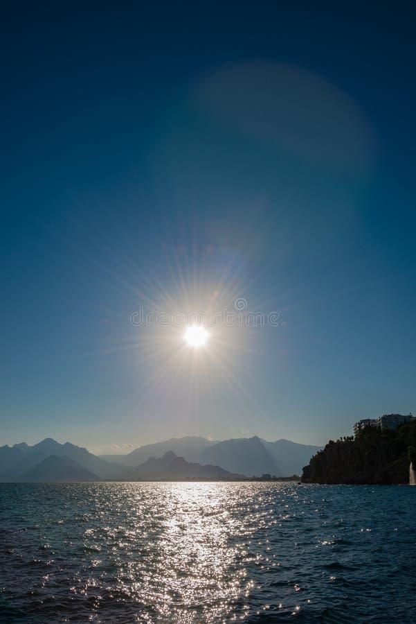 Opinião do pássaro de Antalya e seacoast e praia mediterrâneos no por do sol, Antalya, Turquia fotos de stock royalty free