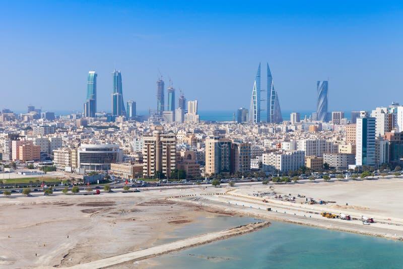 Opinião do pássaro de Manama, Barém Skyline com arranha-céus foto de stock