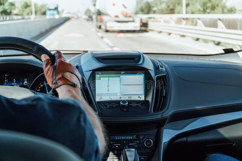 Opinião do painel e mapa de GPS do carro moderno com mãos do motorista On Steering Wheel foto de stock royalty free