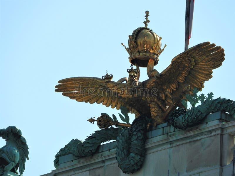 Opinião do palácio de Hofburg de Michaelerplatz, Viena, Áustria Marco do império de Habsburgo na construção de Vien, famosa e bon fotografia de stock