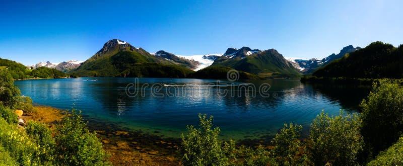 Opinião do panorama à geleira de Nordfjorden e de Svartisen, Meloy, Noruega fotografia de stock