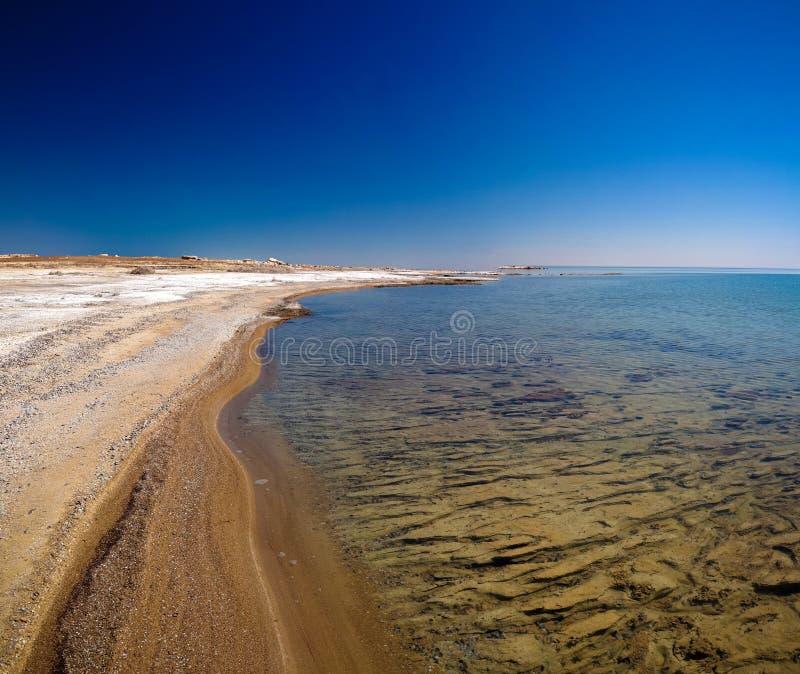 Opinião do panorama ao mar de Aral da borda do platô Ustyurt perto do cabo de Duana em Karakalpakstan, Usbequistão foto de stock