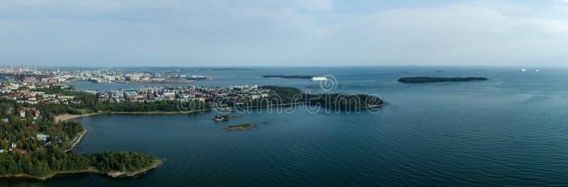 Opinião do panorama do céu de Helsínquia com as balsas de carro que chegam ao porto ocidental, Finlandia imagem de stock