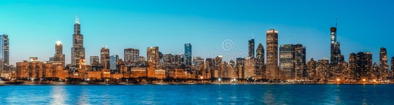 Opinião do panorama da arquitetura da cidade das construções no distrito do centro de Chicago na hora azul crepuscular, tamanho d foto de stock