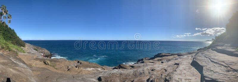 Opinião do panorama da caverna do esguicho de Havaí da rocha e do céu imagem de stock royalty free