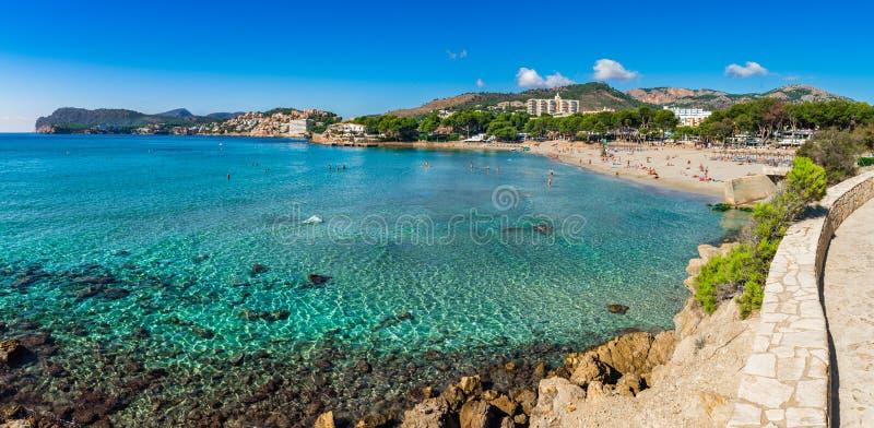 Opinião do panorama da costa da praia de Paguera na ilha de Majorca, Espanha fotografia de stock