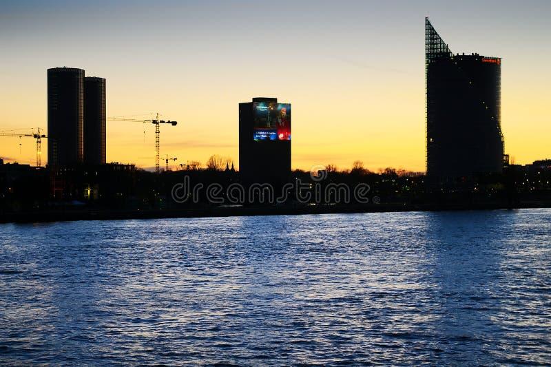 Opinião do panorama da noite de Riga, Letónia foto de stock royalty free