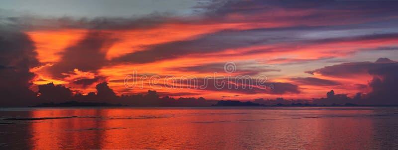 Opinião do panorama da silhueta das ilhas do arquipélago com o por do sol vermelho do céu foto de stock