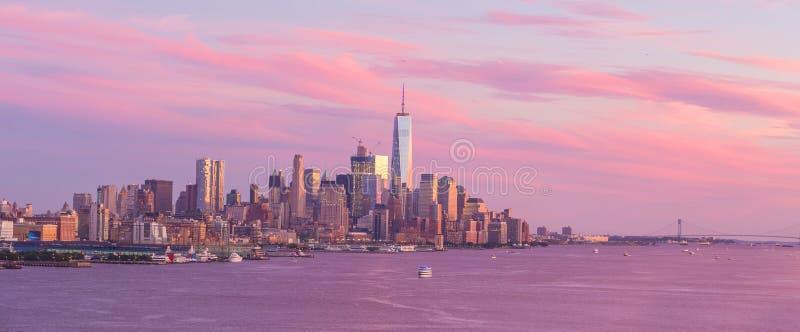 Opinião do panorama da skyline do por do sol de Manhattan do Midtown de New York City sobre Hudson River imagem de stock royalty free