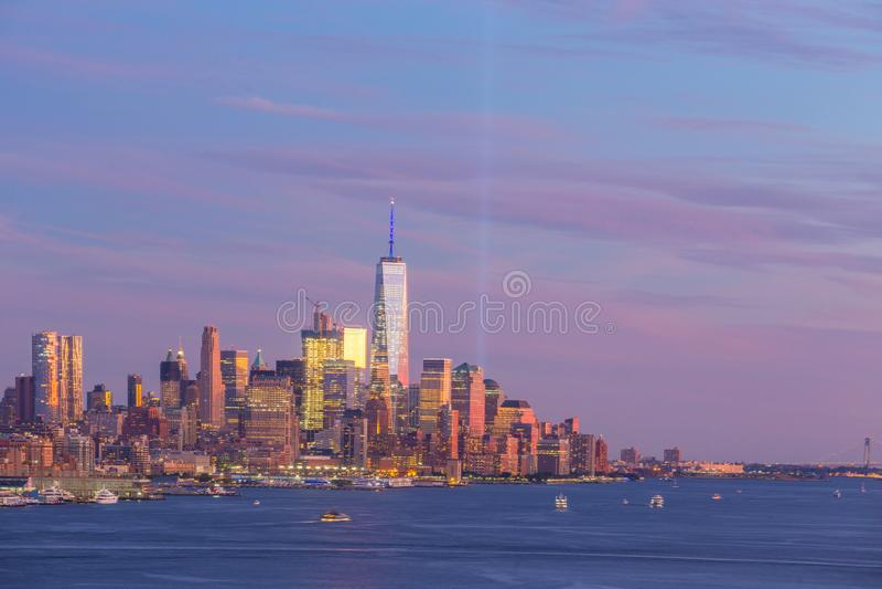 Opinião do panorama da skyline do por do sol de Manhattan do Midtown de New York City sobre Hudson River fotos de stock