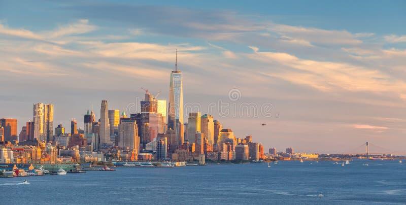 Opinião do panorama da skyline do por do sol de Manhattan do Midtown de New York City sobre Hudson River imagens de stock royalty free