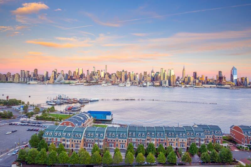 Opinião do panorama da skyline do por do sol de Manhattan do Midtown de New York City sobre Hudson River fotografia de stock