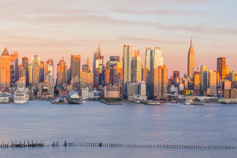 Opinião do panorama da skyline do por do sol de Manhattan do Midtown de New York City sobre Hudson River fotografia de stock royalty free