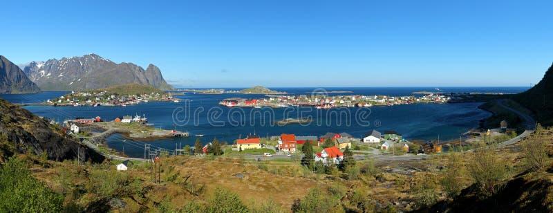 Opinião do panorama da vila Reine, Noruega foto de stock