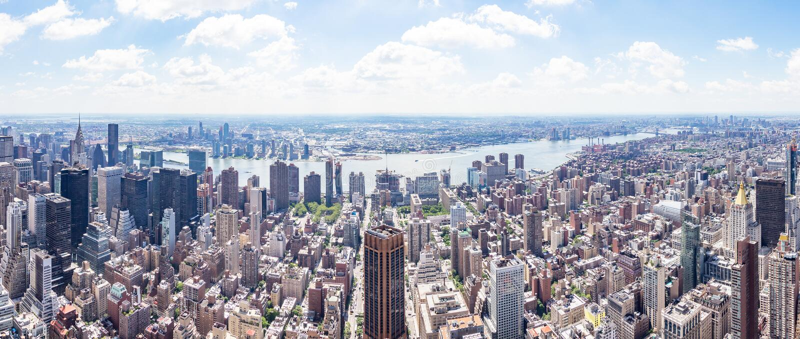 Opinião do panorama da zona leste do Empire State Building com a cidade de East River e de Long Island, New York, Estados Unidos fotos de stock royalty free