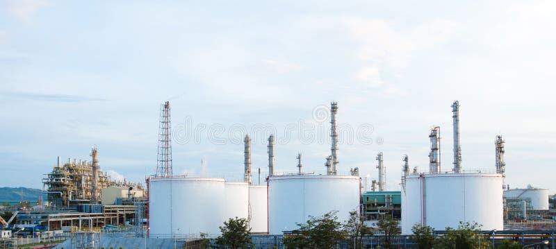 Opinião do panorama das instalações petroquímicas foto de stock