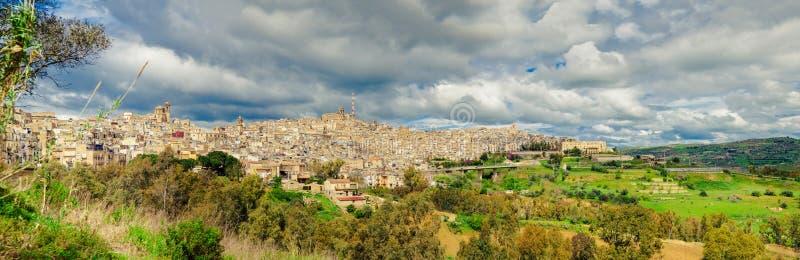Opinião do panorama de Caltagirone, Sicília fotos de stock