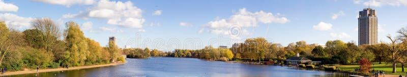 Opinião do panorama de Hyde Park de um rio serpentino imagens de stock