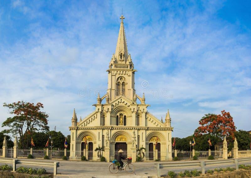 Opinião do panorama de uma igreja da comuna no distrito de Kim Son, província de Ninh Binh, Vietname A construção é um destino do imagens de stock