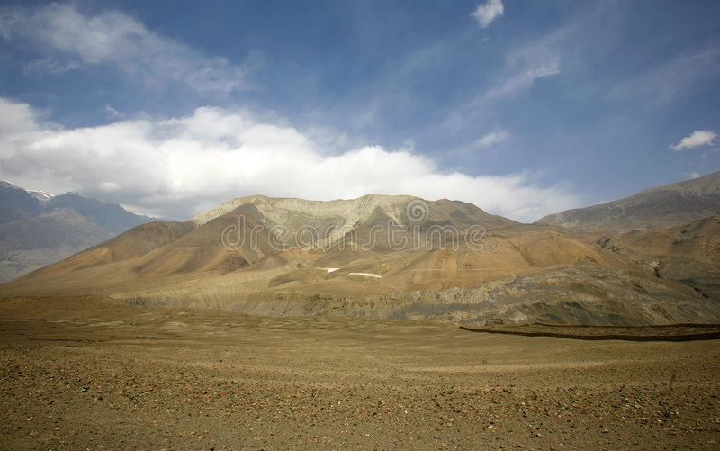 Opinião do panorama do céu azul e da montanha vermelha foto de stock royalty free