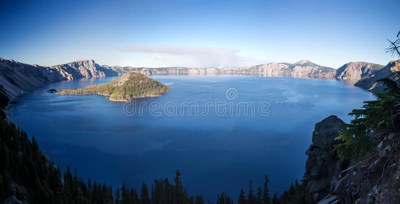Opinião do panorama do lago crater na queda fotografia de stock