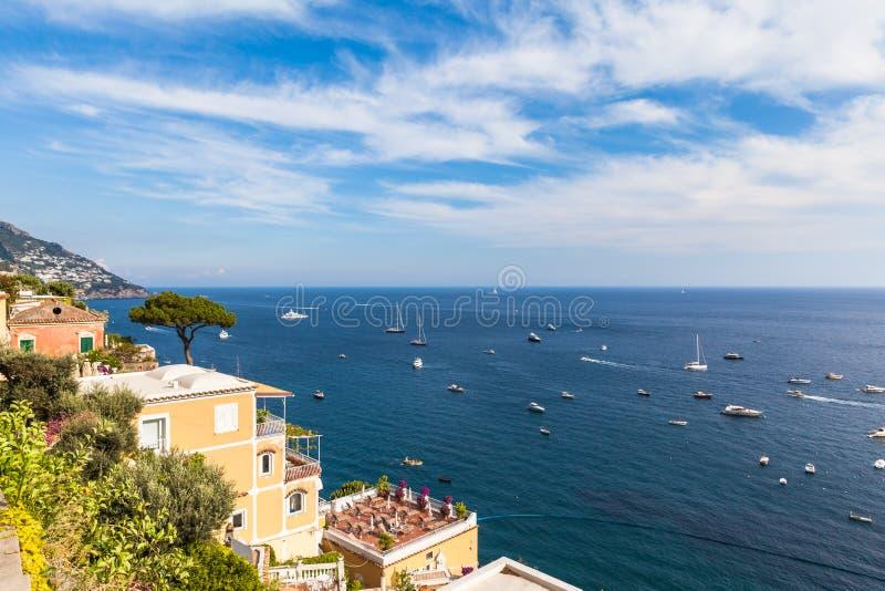 Opinião do panorama do mar Mediterrâneo em Positano fotos de stock royalty free