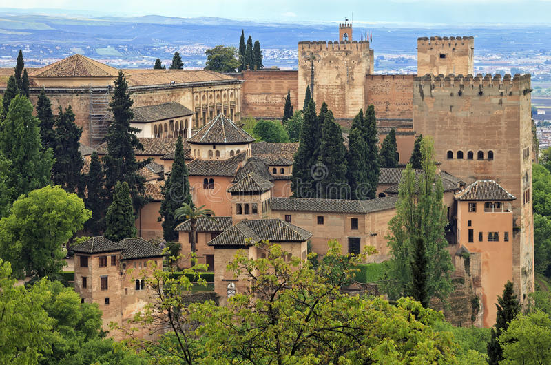 Opinião do panorama do palácio de Alhambra como visto de Generalife, Granada, a Andaluzia imagem de stock royalty free