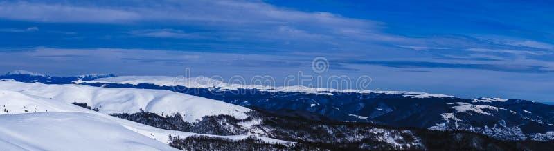 Opinião do panorama em um dia de inverno da parte superior da montanha Montanhas de Romênia Baiului foto de stock royalty free
