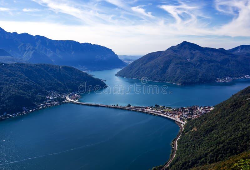 Opinião do panorama do lago Lugano de Monte San Salvatore Ponte sobre o lago lugano em Suíça imagem de stock