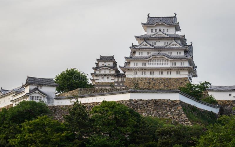 Opinião do panorama no castelo de Himeji em um dia claro, ensolarado com muitos verdes ao redor Himeji, Hyogo, Jap?o, ?sia imagens de stock