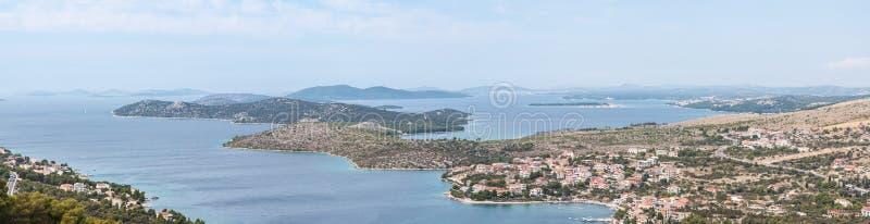 Opinião do panorama no litoral da área de Dalmácia - de Sibenik fotografia de stock royalty free