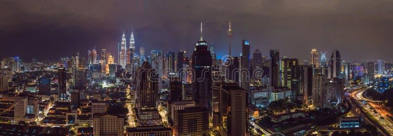 Opinião do panorama no meio da skyline da arquitetura da cidade de Kuala Lumpur Cena da noite, Malásia fotografia de stock royalty free