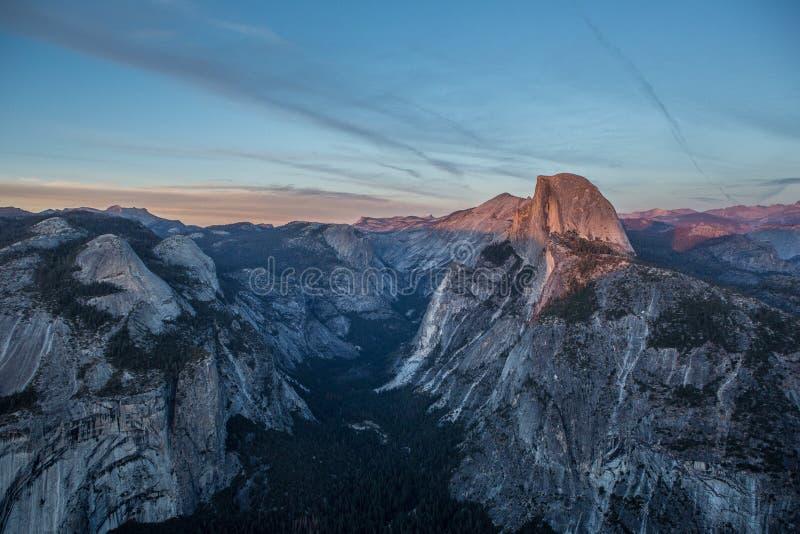 Opinião do panorama no por do sol em Yosemite fotos de stock royalty free