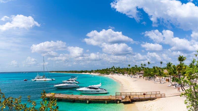 Opinião do panorama do porto em Catalina Island na República Dominicana fotografia de stock