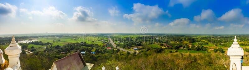 Opinião do panorama sobre a estrada da cume ao redor com campos do arroz do verde do campo e fundo do céu azul A estrada provinci fotografia de stock royalty free