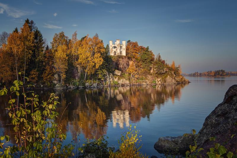 Opinião do parque de Monrepos, região do outono de Vyborg, Leninegrado Paisagem bonita do outono fotografia de stock