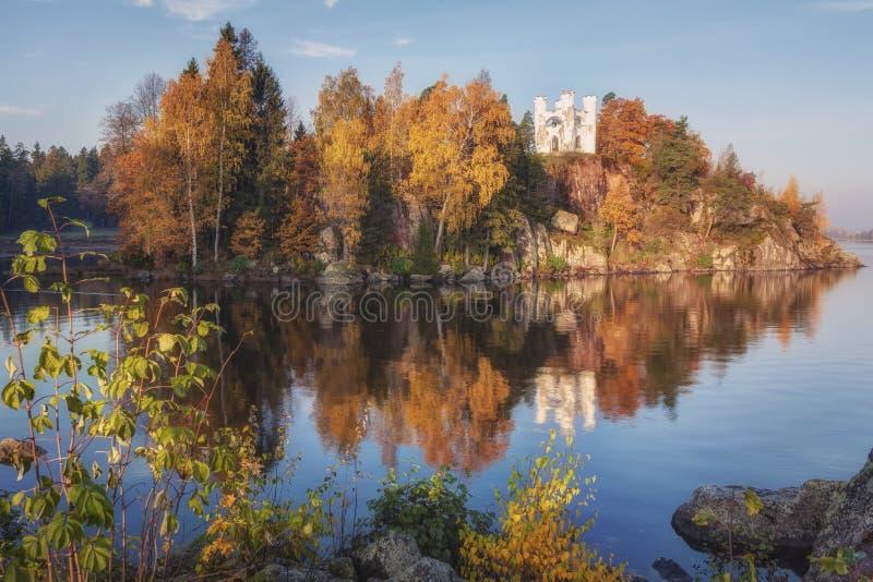 Opinião do parque de Monrepos, região do outono de Vyborg, Leninegrado Paisagem bonita do outono imagem de stock