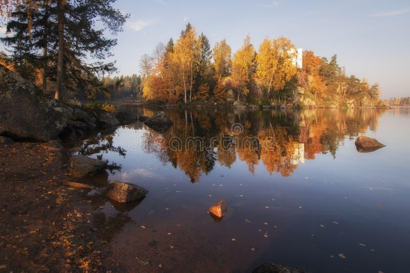 Opinião do parque de Monrepos, região do outono de Vyborg, Leninegrado Paisagem bonita do outono imagens de stock royalty free